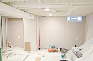 Basement progress : White painted ceilings and drywall is up!