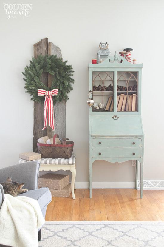 Rustic Christmas home tour - via www.thegoldensycamore.com