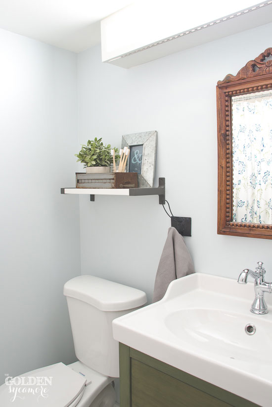 Crisp, clean bathroom with vintage touches - thegoldensycamore.com